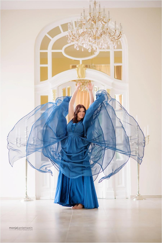 Fabienne Klamandt beim Sedcard Shooting im blauen Kleid