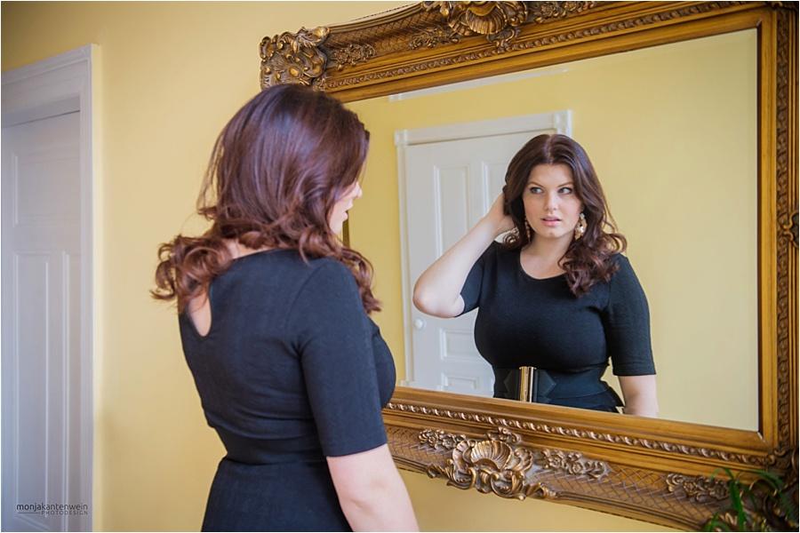 Fabienne Klamandt vor dem Spiegel beim Sedcard Shooting mit Monja Kantenwein