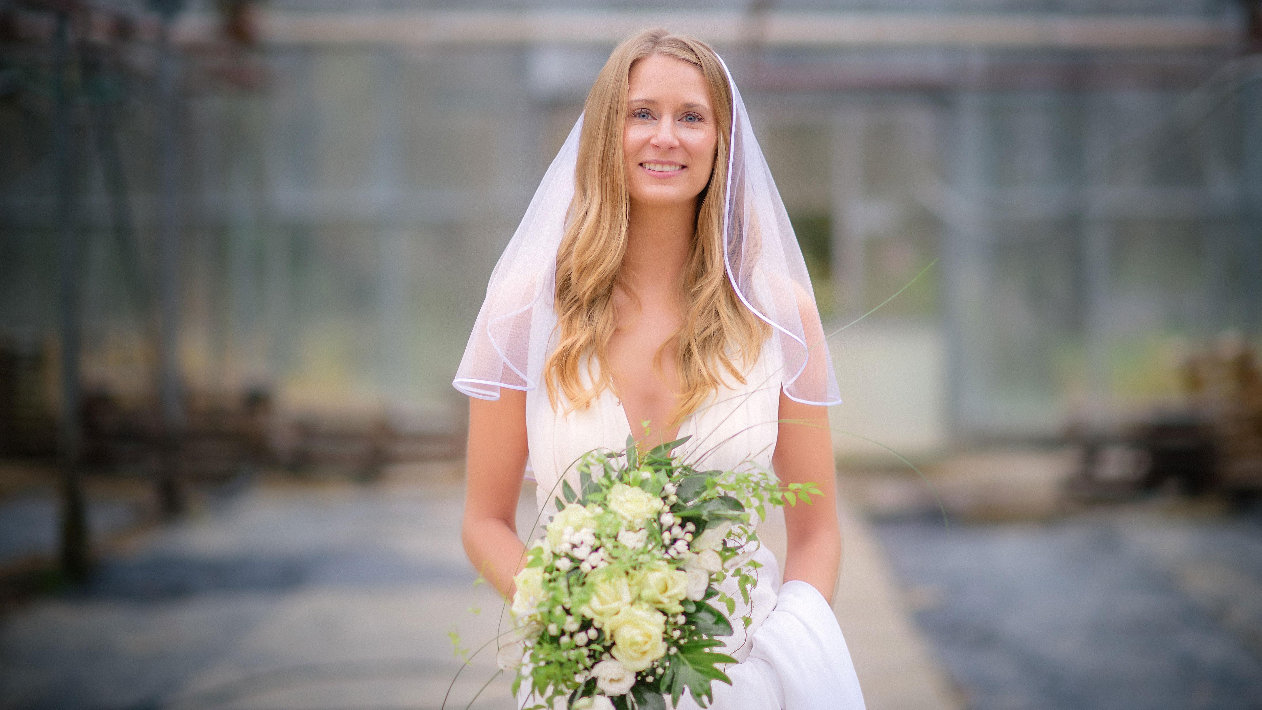 Hochzeitsfotografie Karlsruhe Braut mit Strauss