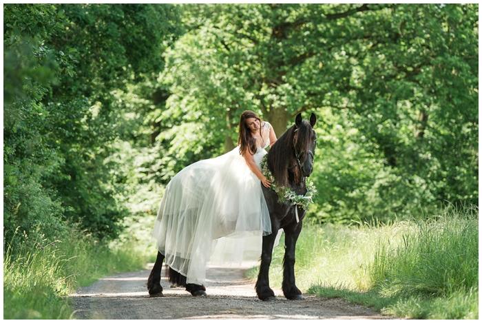 Hochzeitspaar mit Pferden