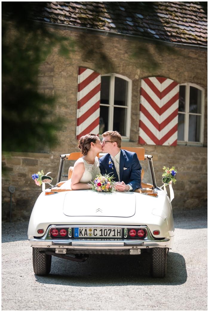Hochzeitslocation-Schloss-Heinsheim- Brautpaar-mit-Brautauto